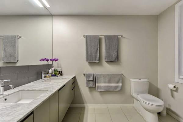 Cách cải thiện không gian phòng tắm không cửa sổ