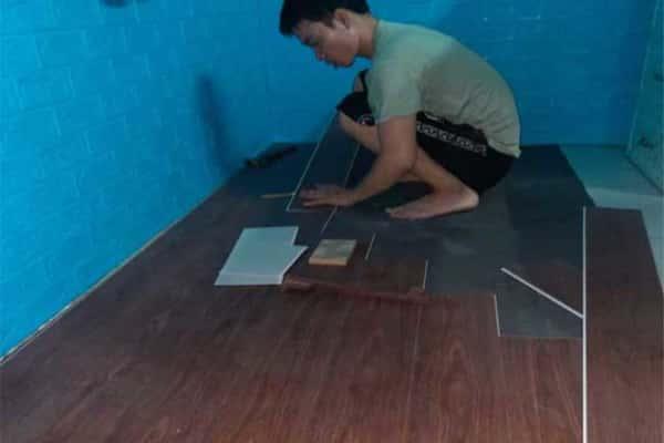 lắp đặt sàn nhựa hèm khóa vân gỗ ariano a005 phòng ngủ tại châu mai