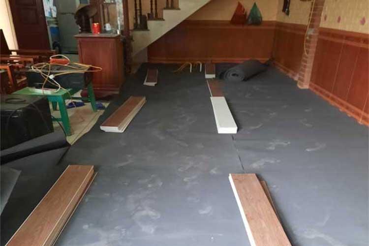 trải xốp cao su và chuẩn bị sàn trước khi lắp đặt sàn nhựa hèm khóa ariano a005