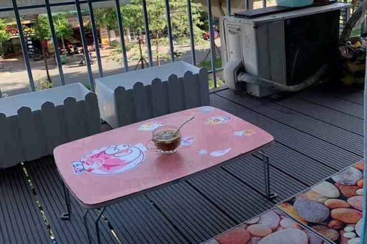 hoàn thiện lắp đặt ban công sàn gỗ nhựa ngoài trời màu cafe ở thái hà