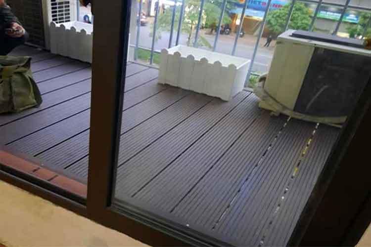 hoàn thiện lắp đặt sàn gỗ nhựa ngoài trời cho ban công tại thái hà