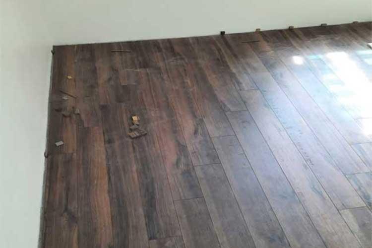 thi công lắp đặt sàn gỗ cốt xanh thaipro tl206 12mm tại ứng hòa