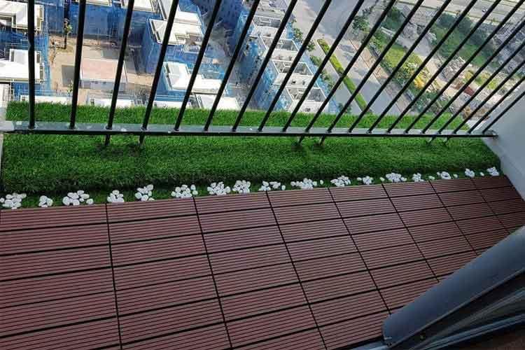 lắp đặt vỉ gỗ nhựa lát ban công màu cafe kiểu song song