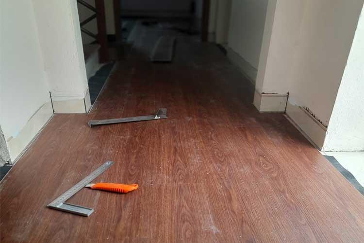 Lát sàn nhựa hèm khóa giả gỗ Ariano A005 hành lang tầng 2 tại Cát Động