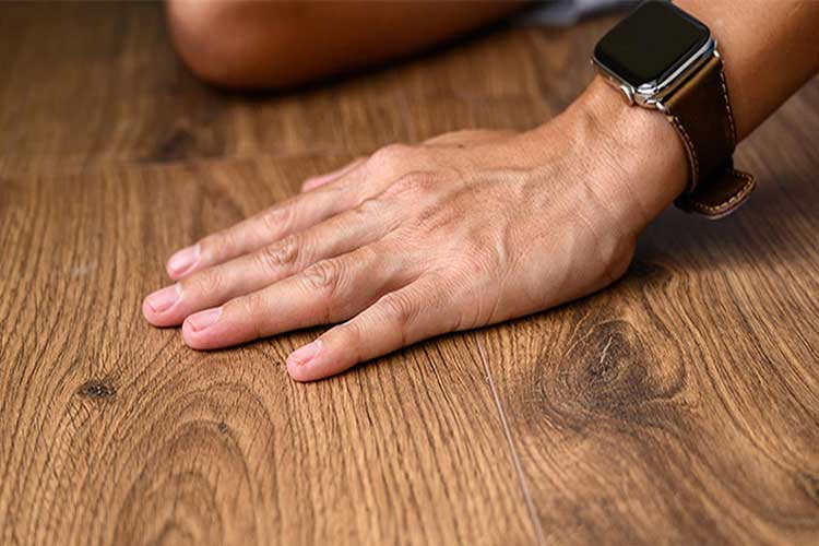 Dấu hiệu nhận biết sàn gỗ bị mối mọt ăn