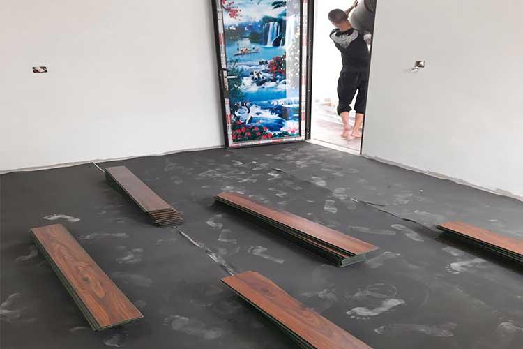 Trải xốp cao su non chuẩn bị mặt bằng lát sàn gỗ Bandi tại Văn Võ, Chương Mỹ