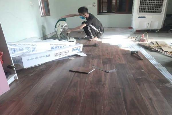 Lắp đặt sàn gỗ cốt xanh indonesia 12mm Bandi D3455 tại Châu Mai Thanh Oai