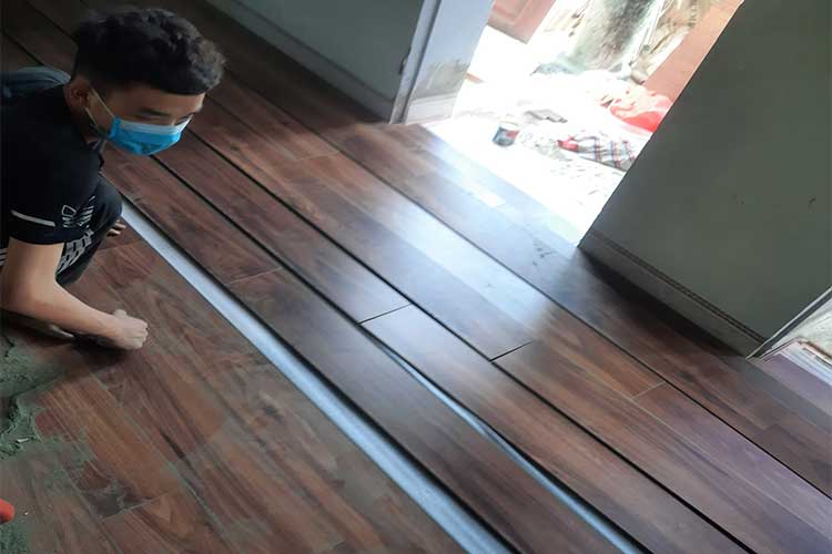 Lắp đặt sàn gỗ cốt xanh Indonesia Bandi D3455 tại chùa Châu Mai