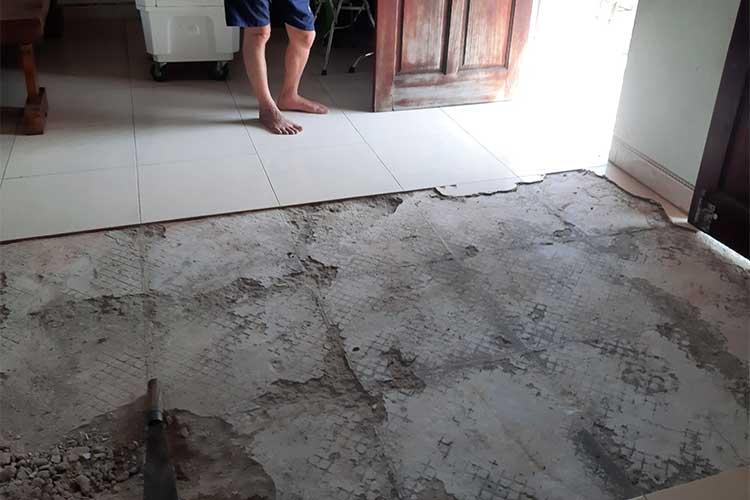 Mặt nền trước khi lắp đặt sàn gỗ cốt xanh Indonesia Bandi D3455 tại chùa Châu Mai