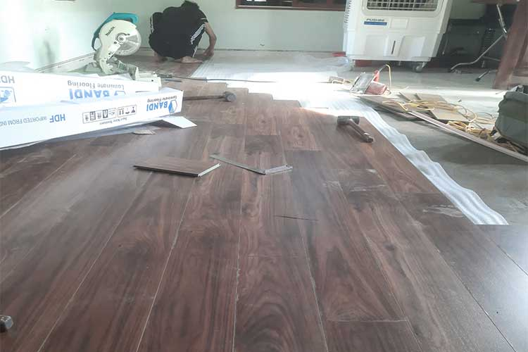 thi công lắp đặt sàn gỗ công nghiệp cốt xanh Bandi D3455 tại Châu Mai Liên Châu