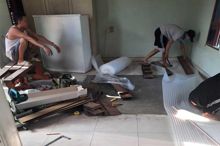 Trải xốp chuẩn bị mặt bằng lát sàn gỗ cốt xanh Bandi D3455 tại Châu Mai Thanh Oai