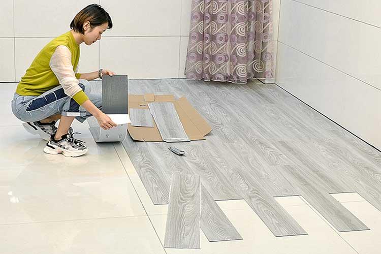 Cách thi công sàn nhựa giả gỗ có keo sẵn bóc dán