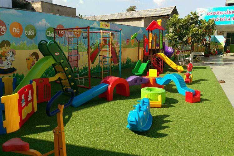 cỏ nhựa trang trí khu vui chơi