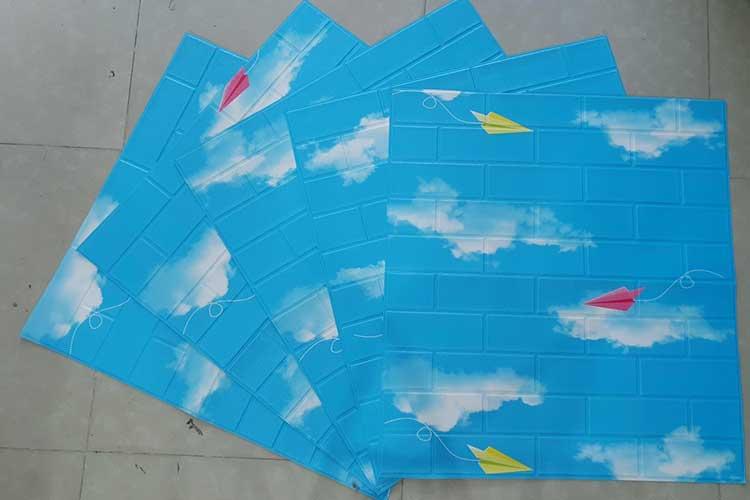 xốp dán tường bầu trời xanh mây trắng cánh diều